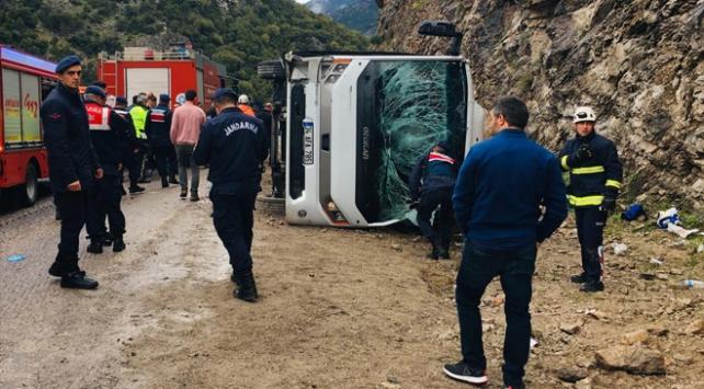Antalyada yolcu midibüsü devrildi