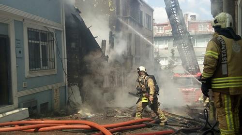 İstanbul'da metruk bina itfaiyenin müdahalesi sırasında çöktü