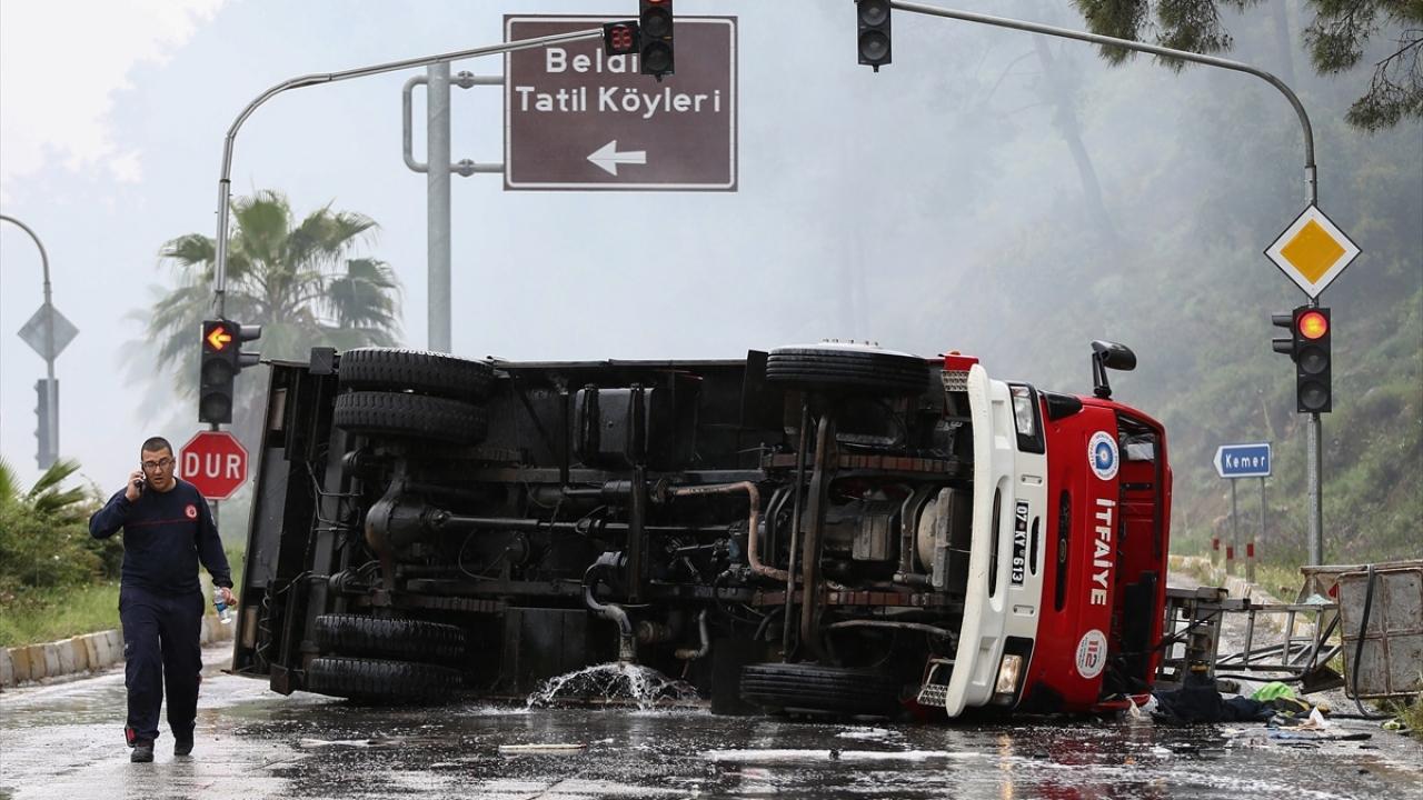 Antalyada itfaiye aracı devrildi: 3 yaralı