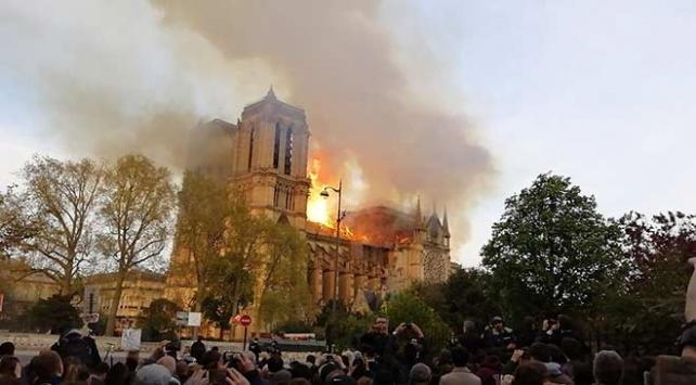 Macron: Notre Dameın yeniden inşasının 5 yılda tamamlanmasını istiyorum