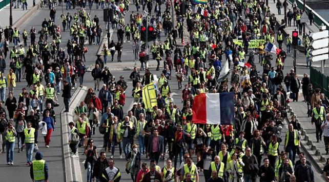 Fransada sarı yeleklilerin gösterileri 5. ayını doldurdu