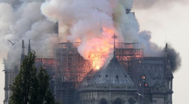 """""""Notre Dame Katedralinin en az 5-6 yıl kapalı kalması bekleniyor"""""""