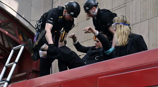 İngilterede iklim değişikliği protestocuları kendilerini trene yapıştırdı