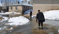 Yüksekova'da dere taştı, evler su altında kaldı