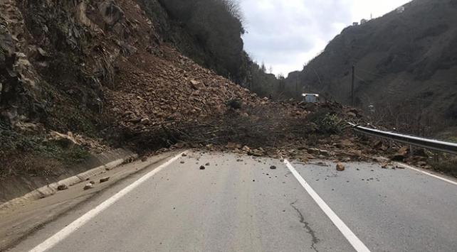 Giresun-Şebinkarahisar kara yolunda heyelan ulaşımı kapattı