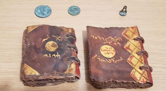 Adanada tarihi İncil satmaya çalışırken yakalandılar