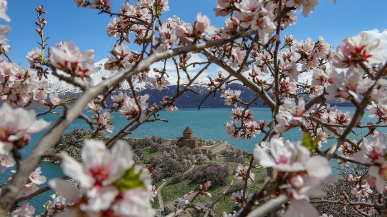 Yeşil doğası ve Van gölü mavisiyle Akdamar Adası