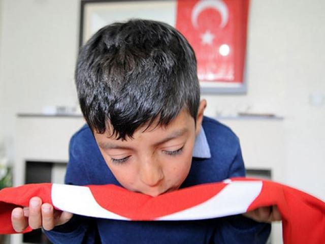 Türk bayrağını öpen 9 yaşındaki Kadir'e anlamlı hediye