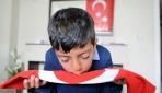 Türk bayrağını öpen 9 yaşındaki Kadire anlamlı hediye