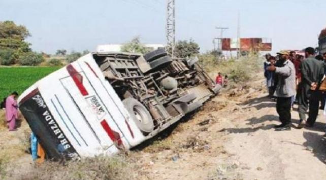 Pakistanda yolcu otobüsü devrildi: 8 ölü