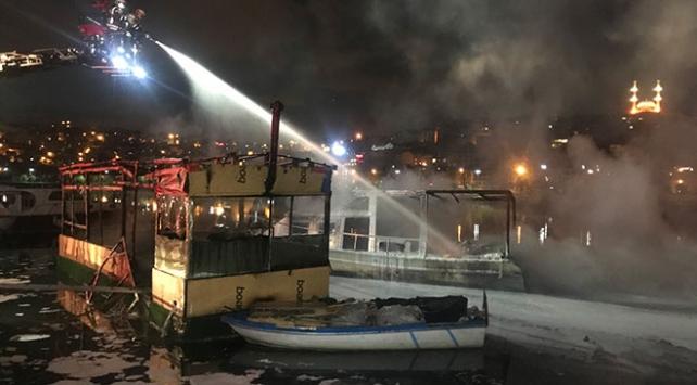 Haliçte kafe olarak kullanılan 2 teknede yangın