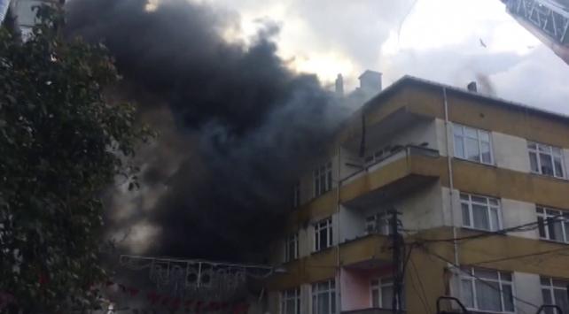Beyoğlunda 4 katlı binada yangın