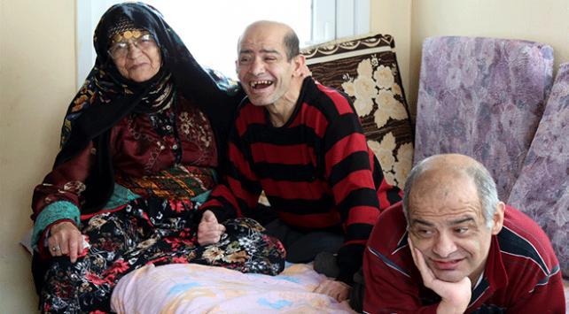 Gülsüm nine hayatını engelli 2 oğluna adadı