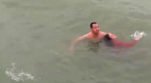 Boğulma tehlikesi geçiren kadını polis kurtardı
