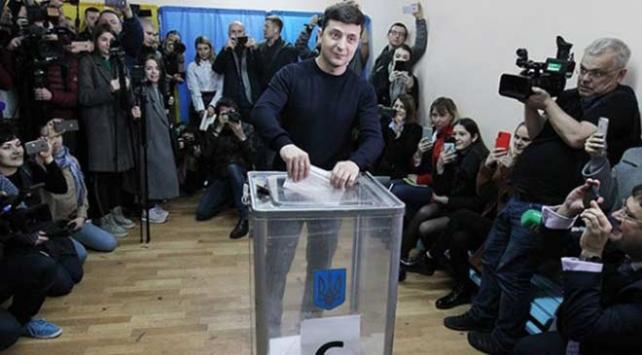 Ukraynada seçimi komedyen Zelenskiy kazandı
