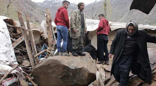 Hakkaride kaya parçaları 5 evin üzerine düştü: 3 yaralı