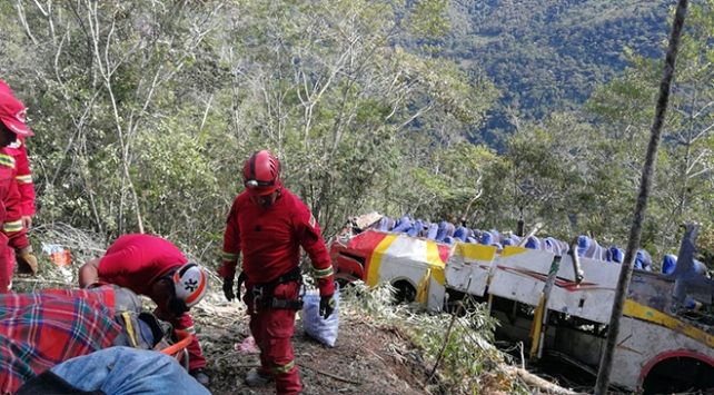 Bolivyada yolcu otobüsü uçuruma yuvarlandı: 25 ölü