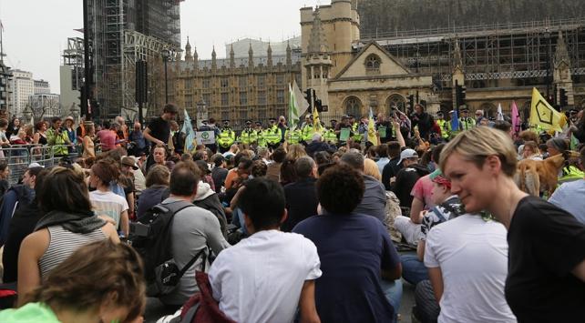 Londradaki çevreci eylemlerde gözaltı sayısı bini geçti