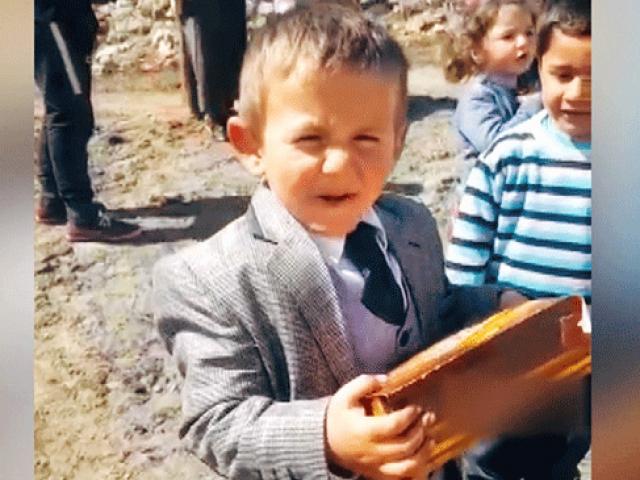 5 yaşındaki muhtar adayı çikolata dağıtma vaadini yerine getirdi