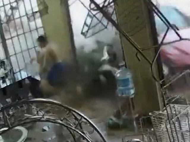 Vietnam'da üzerine gelen aracı son anda fark eden kişiyi refleksi kurtardı