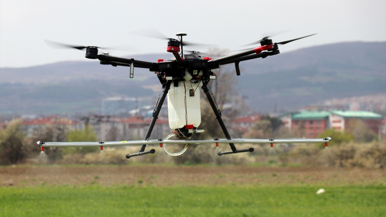 Tarımsal ilaçlama için drone tasarladı