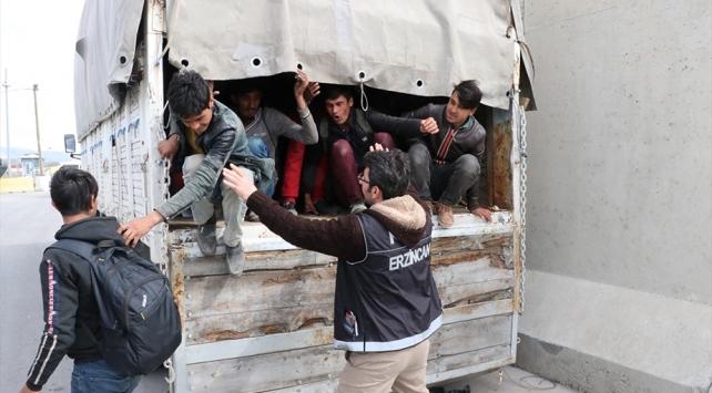 Kamyon kasasında 100 düzensiz göçmen yakalandı