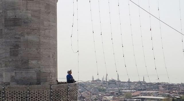 İstanbul'daki camilere mahyalar asılıyor