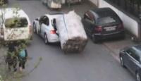Yokuşu çıkamayan kağıt toplayıcı çocuğu arabasına aldı