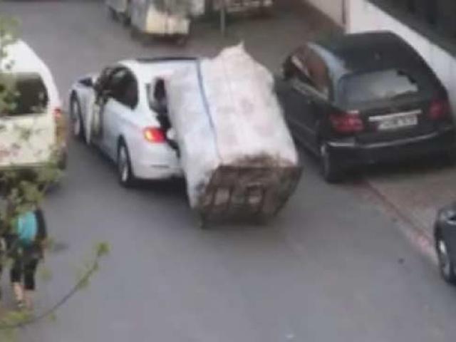 Yokuşu çıkamayan kağıt toplayıcı çocuğu arabasıyla taşıdı