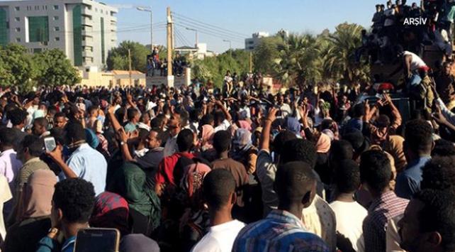 Sudanda on binler sivil yönetim için meydanlara indi