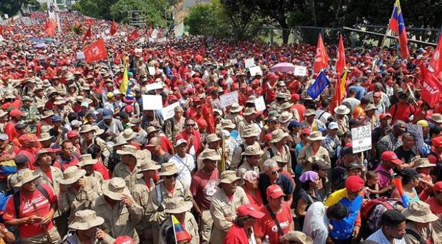 Venezuelada Maduro destekçileri sokakta
