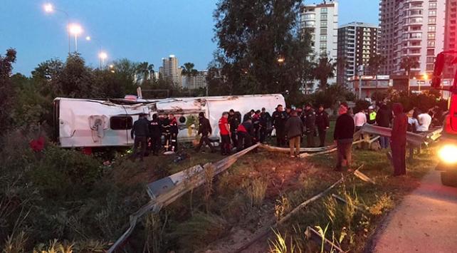 Adanada yolcu otobüsü devrildi: 2 ölü, 29 yaralı