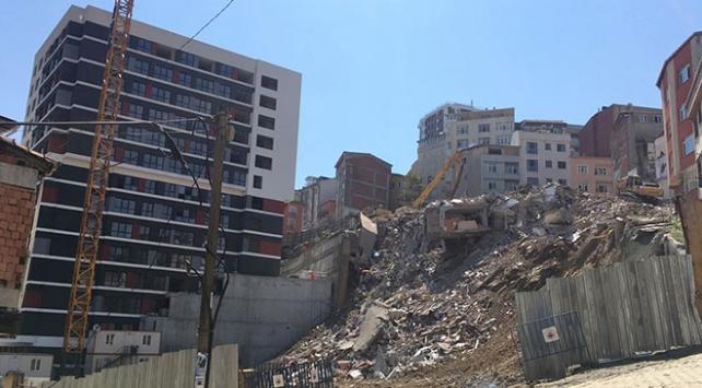 Kağıthanede hasarlı binaların yıkımı gerçekleştiriliyor