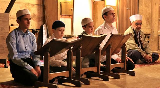 Sekiz asırlık çivisiz camide mukabele geleneği sürdürülüyor