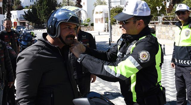 Trafik polisi motosiklet sürücülerine ceza kesmek yerine kask dağıttı