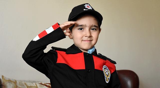 Minik Mehmetin hayalini polis üniformasıyla gerçekleştirdiler