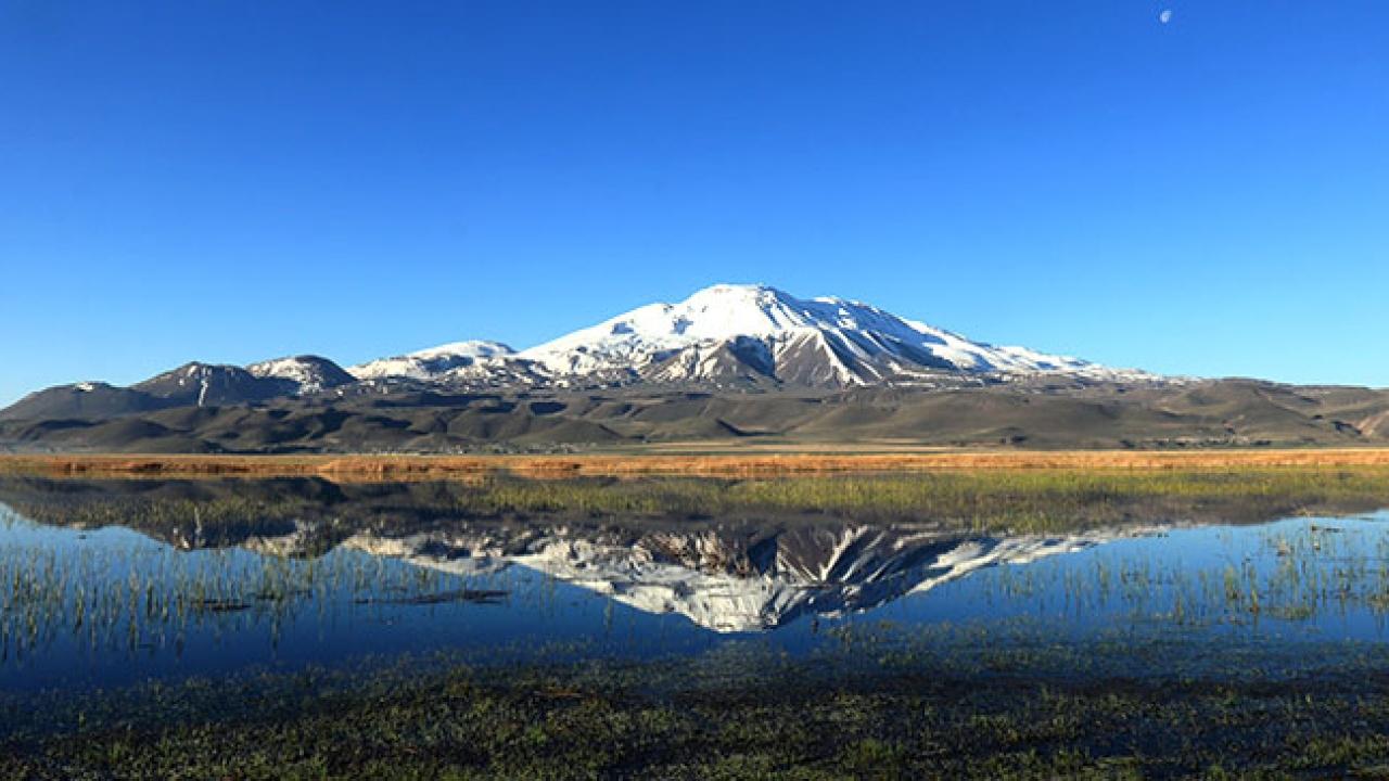 Süphan Dağı'nın suya yansıyan güzelliği
