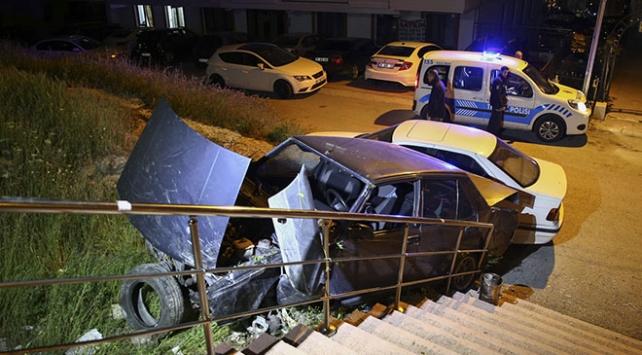Freni tutmayan otomobil merdivenlerden düştü: 1 yaralı