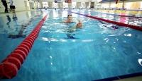 Otizmli oğluyla birlikte yüzme dersleri alan örnek anne