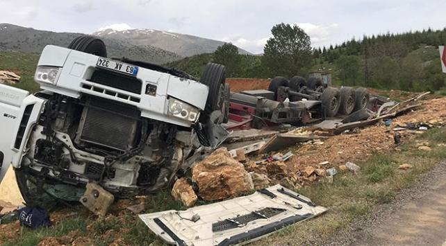 Devrilen tırın şoförü kazadan yara almadı