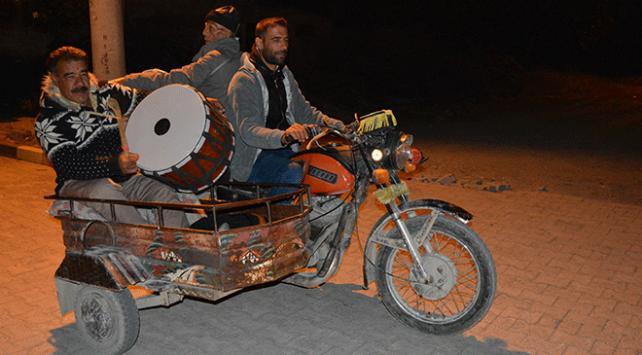 Sepetli motosikletle sahura kaldırıyorlar