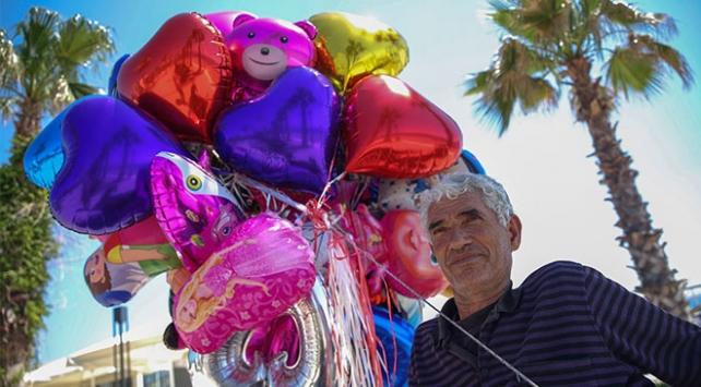 Antalya sahillerinde tekerlekli sandalyesiyle balon satıyor