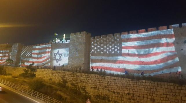Kudüsün surlarına ABD ve İsrail bayrakları yansıtıldı