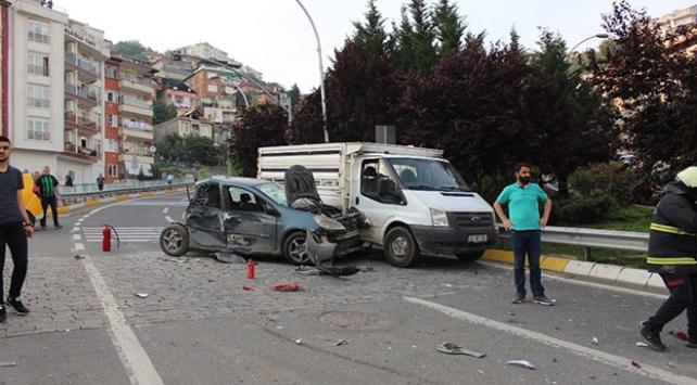 Freni boşalan midibüs araçlara çarptı: 6 yaralı