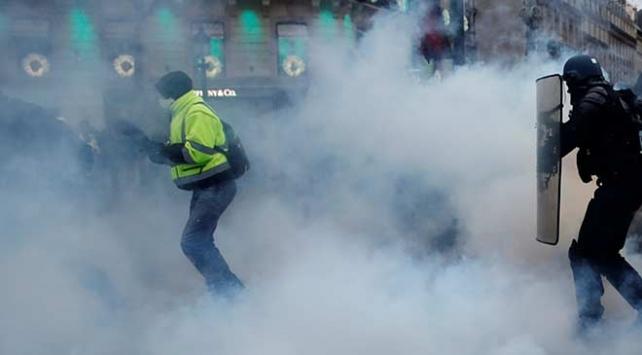 Fransada öğrencilere diz çöktüren polis suçsuz bulundu