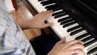 Doğuştan görme engelli Mert müzikle yaşıyor