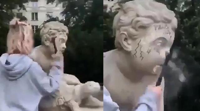 Daha fazla takipçi için 200 yıllık heykeli parçaladı