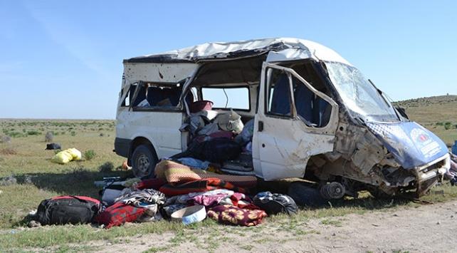 Tarım işçilerini taşıyan minibüs şarampole devrildi: 13 yaralı
