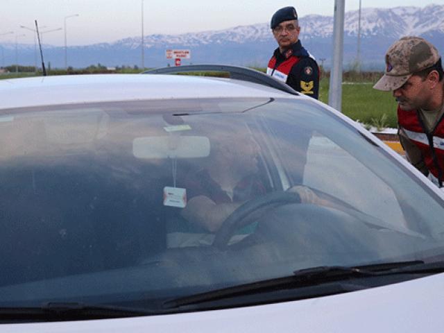 Trafik uygulaması yapan jandarma sürücüleri iftara davet etti