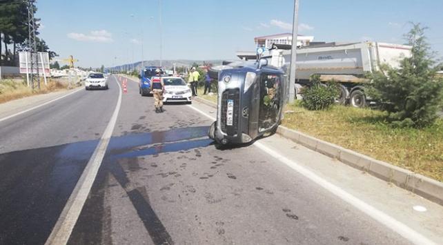 Hafif ticari araç refüje çarptı: 1 ölü, 3 yaralı